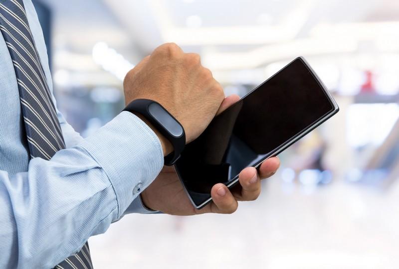 Polacy bardzo chętnie płacą smartfonami, zegarkami i... opaskami